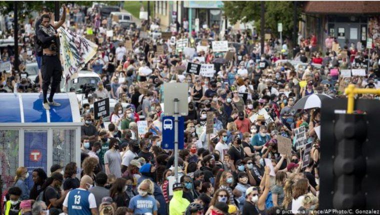 Protestas en Estados Unidos por la muerte del afroamericano George Floyd. (Foto Prensa Libre: DW).