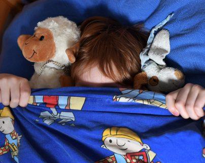 Se recomienda a los padres hablar en voz baja y tranquilizar al niño que sufre de pavor nocturno. Foto Prensa Libre: DPA