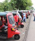 Pilotos de mototaxis exigen a la comuna de Mazatenango, Suchitepéquez, y Gobernación Departamental les permitan trabajar.  (Foto Prensa Libre: Marvin Túnchez)