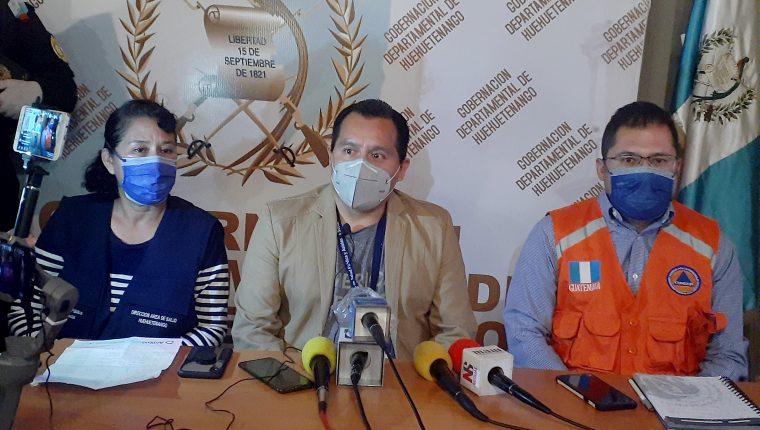 Armeny González, epidemióloga; Carmelino García, director del Área de salud y el Gobernador departamental Ramiro Barillas, ofrecen conferencia de prensa para confirmar el primer caso positivo de Covid19 en Huehuetenango. (Foto Prensa Libre. Mike Castillo)
