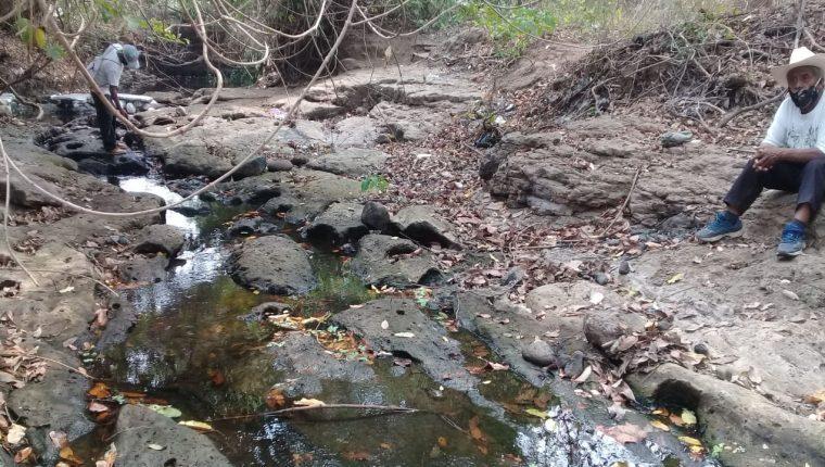 Vecinos de Retalhuleu sospechan que el río Ixquiyá del cual se abastecen fue desviado. (Foto Prensa Libre: Rolando Miranda)