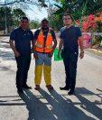 Lyndin Morales, alcalde de San Antonio Huista, cerró el paso vehicular hacia el municipio con una talanquera.  (Foto Prensa Libre: Mike Castillo)