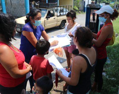 La maestra Nora Hernández visita cada fin de semana a sus estudiantes y les entrega el material didáctico que ella misma elabora. (Foto Prensa Libre: Carlos Paredes)