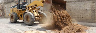 Maquinaria de la Zona Vial 13 de Quiché coloca tierra en los baches de la carretera a San Pedro Jocopilas. (Foto Prensa Libre: Héctor Cordero)