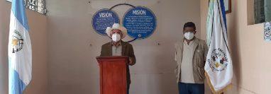 Alcalde de Pachalúm y el director del centro de salud dan a conocer el segundo caso de coronavirus registrado en el municipio, (Foto Prensa Libre: Héctor Cordero