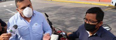 José Berreondo Zavala de camisa blanca acusa al gobernador Otto Macz de no cumplir con su función de gobernador ante la crisis del coronavirus, (Foto Prensa Libre: Héctor Cordero)