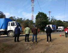 Comunitarios de Media Luna, Cunén, Quiché, verifican que no pase camiones con aguas gaseosas y alcohólicas hacía el norte del departamento, (Foto Prensa Libre: Héctor Cordero)