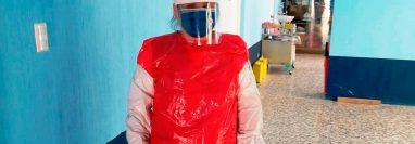 Una enfermera de un centro de Salud en Huehuetenango usa una bolsa de nailón para atender a pacientes sospechosos de covid-19. (Foto Prensa Libre: Cortesía)