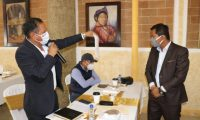 Francisco Pérez, alcalde de Santa Cruz del Quiché, reclama al gobernador, Otto Macz, porque que el área rural del municipio quedó fuera de los beneficios del Gobierno. (Foto Prensa Libre: Héctor Cordero)