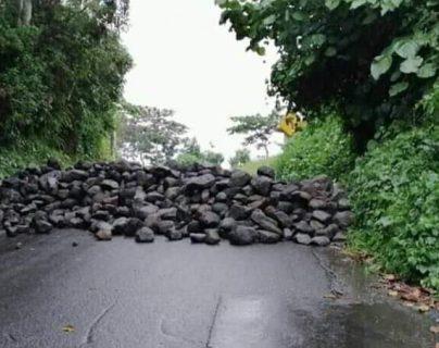 La ruta que comunica a El Palmar, Quetzaltenango, con Mazatenango estuvo  bloqueada por unas 12 horas en el ingreso por Pueblo Nuevo, Suchitepéquez. (Foto Prensa Libre: Cortesía)