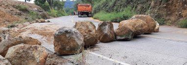 Piedras y tierra fue utilizada por la maquinaria de la comuna de Chicacao, para bloquear la ruta que conecta con Santiago Atitlán,Sololá. (Foto Prensa libre: Marvin Túnchez)