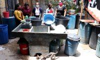 Nueve familias que alquilan cuartos en una vivienda en Huehuetenango pasan penas de dinero, alimentación y trabajo a causa de pandemia por el coronavirus. (Foto Prensa Libre: Mike Castillo)