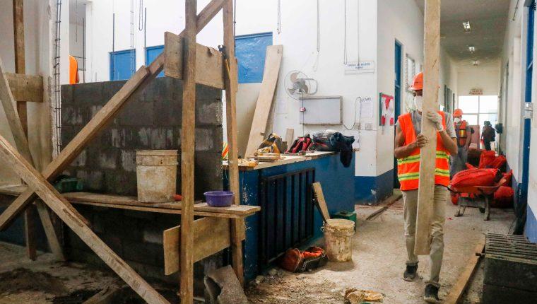 El Hospital Nacional de Retalhuleu acondiciona dos áreas donde instalará la sala para pacientes con covid-19.  (Foto Prensa Libre: Rolando Miranda)