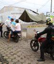 Centro de Salud de Escuintla instala cordón epidemiológico en colonia Golondrinas debido a la cantidad de casos de covid-19. (Foto Prensa Libre: Carlos Paredes)