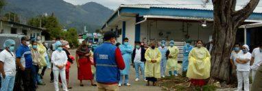Salubristas del Hospital Nacional de Nebaj, Quiché, exponen al auxiliar de la Procuraduría de los Derechos Humanos la falta de equipo médico para afrontar el coronavirus. (Foto Prensa Libre: Héctor Cordero)