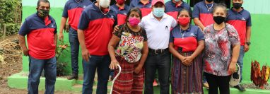 Integrantes del  Grupo Somos La Ladrillera entregan la vivienda a Luciana Yac. (Foto Prensa Libre: Marvin Túnchez)