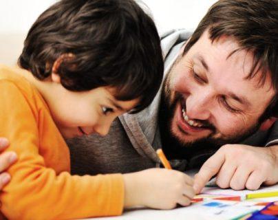 La familia es el primer ámbito educativo, en casa aprenden los niños a respetar, a comportarse y a hacerse entender. (Foto Prensa Libre: Hemeroteca PL).