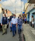 Personal del Ministerio de Salud somete a pruebas a personas que despachan tiendas en Mixco. (Foto Prensa Libre: Andrea Domínguez)