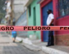 Un agente de la Policía Municipal de Santa Catarina Pinula resguarda un vecindario del centro de ese municipio en el que reside un paciente positivo con coronavirus. (Foto Prensa Libre: Miriam Figueroa)