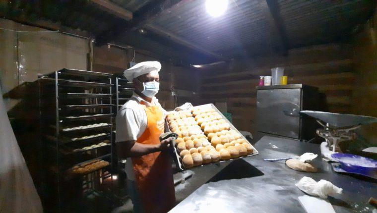 Roberto Ordóñez elabora unas 50 libras pan al día, el cual distribuye en varios sectores de Panajachel, Sololá. (Foto Prensa Libre: Cortesía Daniel Chumil)