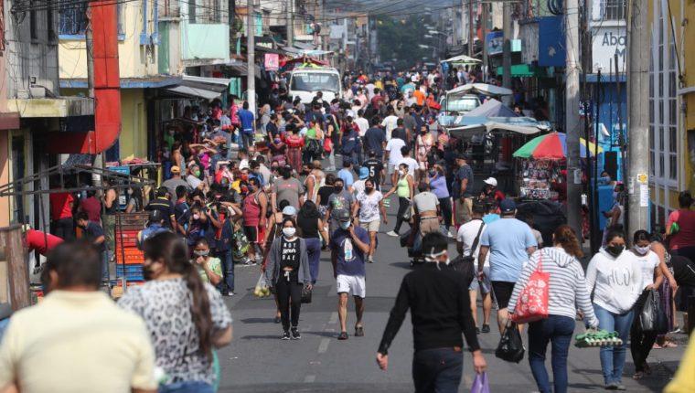 Gobierno cierra el país por tres días, excepto servicios esenciales. en el primer día miles de personas abarrotaron las tiendas de barrio.  (Foto, Prensa Libre: Érick Ávila).