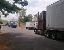 Largas filas de contenedores se observan en la frontera Peñas Blancas, entre Costa Rica y Nicaragua. (Foto Prensa Libre: Cortesía)
