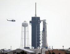 Dos astronautas de la NASA están asegurados ya a sus asientos dentro de la cápsula Crew Dragon de SpaceX, cuya escotilla se cerró el miércoles unos minutos antes de lo previsto.  (Foto Prensa Libre: AFP)