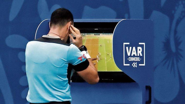 El VAR se aplica principalmente en las ligas europeas, y algunas de América. (Foto Prensa Libre: Hemeroteca PL)