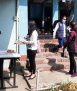 El primer grupo de trabajadores llegó para entregar papelería y tomar las primeras inducciones a las plazas de trabajo. (Foto Prensa Libre: Raúl Juárez)