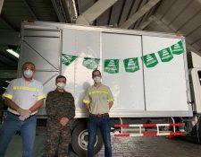 Personal de Cementos Progreso entregó el equipo de protección para el personal médico. Foto Prensa Libre: Cortesía