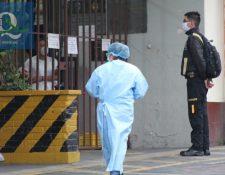 Personal del Ministerio de Salud hizo pruebas a los elementos para descartar o confirmar los contagio (Foto Prensa Libre: Raúl Juárez)