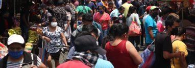 En los últimos días la afluencia de personas en el mercado La Democracia ha sido elevada. (Foto Prensa Libre: Raúl Juárez)