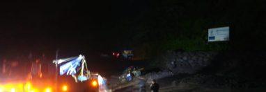 Pobladores rescataron a dos policías que quedaron atrapados en su autopatrulla. (Foto Prensa Libre: Cortesía Conred)