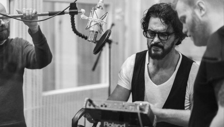 El viernes 29 de mayo se lanza Blanco y Negro. En esta fotografía Ricardo Arjona mientras lo graba en Abbey Road Studios. (Foto Prensa Libre: Cortesía Metamorfosis)