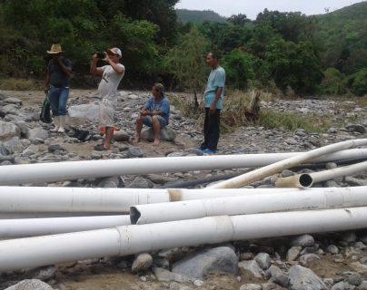 Vecinos de tres comunidades de Zacapa se quedaron sin servicio de agua debido a daños en la tubería de conducción. (Foto Prensa Libre: Wilder López)