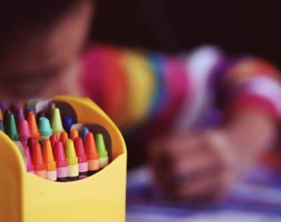 Los menores de seis años son un grupo que requieren de un seguimiento educativo para fortalecer sus habilidades presentes y futuras.   (Fotos Prensa Libre: Aaron Burden, Unsplash)