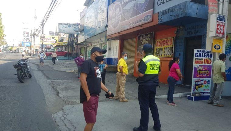 En el primer día de cierre total, se observaron largas filas en las abarroterías de diferentes colonias de la capital. (Foto Prensa Libre: Andrea Domínguez)