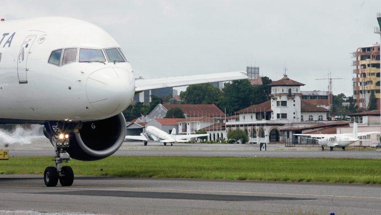 Las operaciones del Aeropuerto La Aurora y vuelos comerciales de pasajeros siguen suspendidos. (Foto, Prensa Libre: Hemeroteca PL).