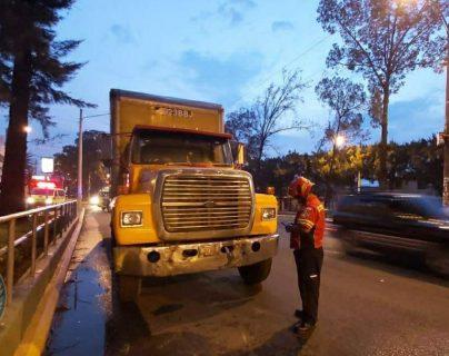 Uno de los ataques fue dirigido contra un camión recolector de basura. (Foto Prensa Libre: B. Municipales)