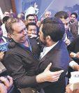 El alcalde Jorge Orellana, de Guastatoya, felicita a Miguel Ovalle, edil de Salcajá, por ganar la presidencia de la Ana, el 25 de enero del 2020. (Foto Prensa Libre: Hemeroteca PL)