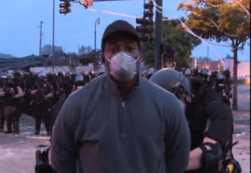 """""""¿Podría decirme por qué me arresta?"""": Policía retiene a periodista afrodescendiente mientras cubría disturbios en Minneapolis"""