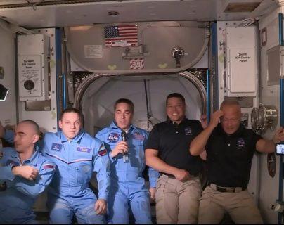 El equipo de astronautas de la EEI, de azul recibieron este domingo a sus compañeros que viajaron en el SpaceX,. (Foto AFP)