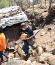 Colaboradores de una empresa llevan víveres a la casa de Gisele, en Zacapa. (Foto Prensa Libre: Cortesía)