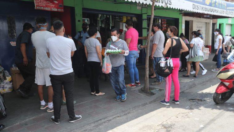 Guatemaltecos abarrotaron las tiendas de barrio este viernes para comprar alimentos. (Foto Prensa Libre: Byron García).