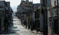 Vista de una calle del Centro Histórico, zona 1, durante un toque de queda. Durante más de cuatro meses, cuando la cantidad de contagios no era tan elevada, Guatemala vivió fuertes encierros, algunos de incluyeron fines de semana completos. (Foto Prensa Libre: Hemeroteca PL)