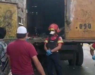 El cuerpo de la víctima quedón entre los desechos que comenzaban a recolectar en la jornada de trabajo. (Foto Prensa Libre: B. Municipales)