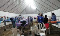 Los pacientes debieron pasar la noche bajo una carpa por el colapso de las instalaciones en el Hospital Roosevelt por el coronavirus. (Foto Prensa Libre: PDH)