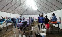 Los pacientes debieron pasar la noche bajo una carpa.  (Foto Prensa Libre: PDH)