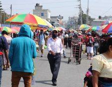 En la mayoría de los mercados del país no se cumplen las medidas de distanciamiento social. (Foto Prensa Libre: Héctor Cordero)