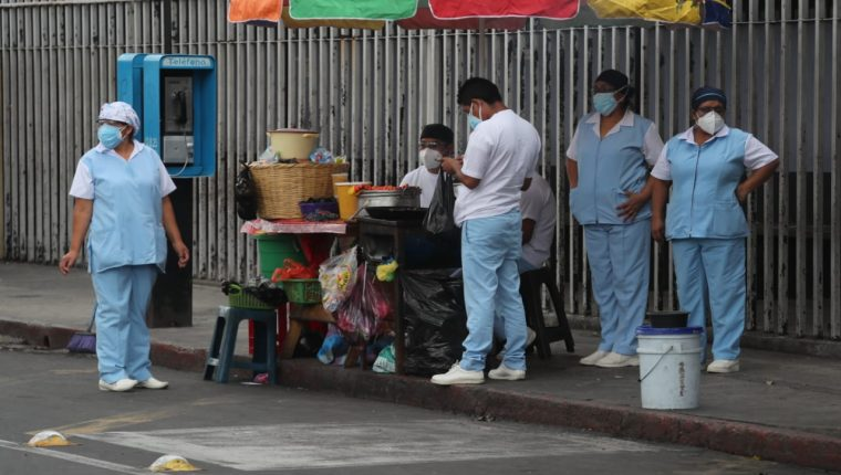 Trabajadores del Hospital San Juan de Dios compran comida en la calle. (Foto Prensa Libre: Érick Ávila)